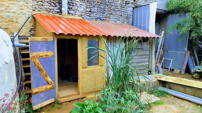 Le Sauna Vu De L'Extérieur Avec Sa Douche À Côté – Terre Paille Et